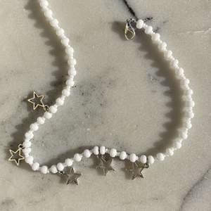 Nu säljer vi  dessa jätte fina halsband! 🌟 Handgjorda och är sååå fina!💕❗️ Finns spänne där bak! Kostar 69kr/st🤍 Frakt kostar 11kr💘