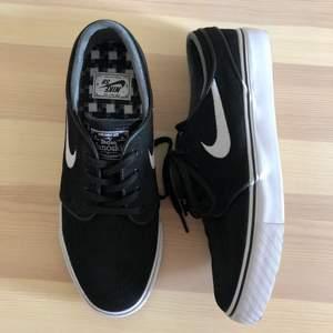 Nike SB sneakers Stefan Janoski dam skateskor. Helt oanvända och därför i mycket fint skick! Stl 39. Köparen står för ev frakt 66 kr.