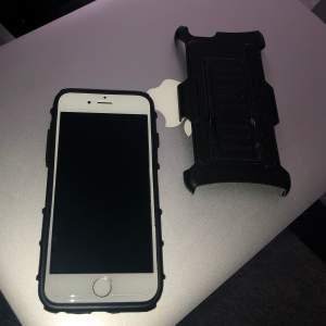 🖤I skalet ingår två delar, ena av gummi o andra av hårdare plast. Du kan lägga till plast delen som håller upp mobilen stadigt, när du tex ska kolla på film eller filma dig. För Iphone6/6s men kan även användas för Iphone8 men då täcker den kameran