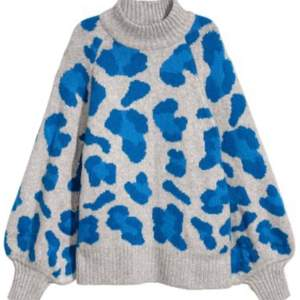 Säljer denna snygga stickade tröja med blått leopardmönster från H&M. Slutsålt på hem sidan. Säljer den då jag inte använder den så mycket 💙