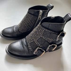 """Säljer dessa otroligt fina zadig voltaire boots som jag köpt i deras butik. Dom är sparsamt använda men en """"vingen"""" på skosula har tyvärr gått sönder. Skorna är sulade, så inga slitningar där! Köpte dessa för 5000kr i storlek 37."""