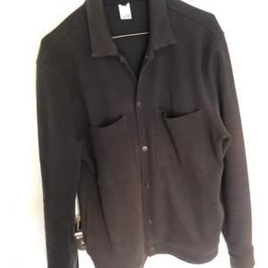Svart höstjacka i storlek M från Visual Clothing Project. Inköpt ca ett år sedan för 899kr. Ganska speciellt töjbart material med ändå bra på att hålla värmen. Fortfarande som nyskick, inga flaws. Frakt tillkommer