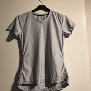 En träningströja i färgen grå från stadium. Kostar 10 kr + frakt. Så passa på o köp nu.