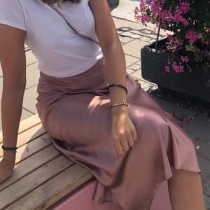 Så så fin satin kjol från märket C&A i strl 36! Kjolen har en dragkedja på vänstra sidan och som man kan se är den ostruken på bilderna men stryker såklart plagget innan det skickas!💞