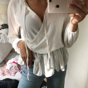 Jättefin vit tröja! Går både att ha uppknuten och knuten. Bra skick, ett bar användningar bara.