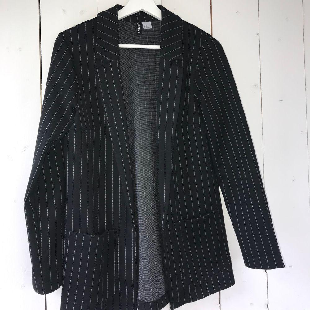Blazer från H&M i storlek XS, men passar även en S😇 100kr + frakt😊. Kostymer.