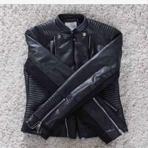 Hej söker denna jacka eller en så lik som möjligt i storlek S eventuellt XS