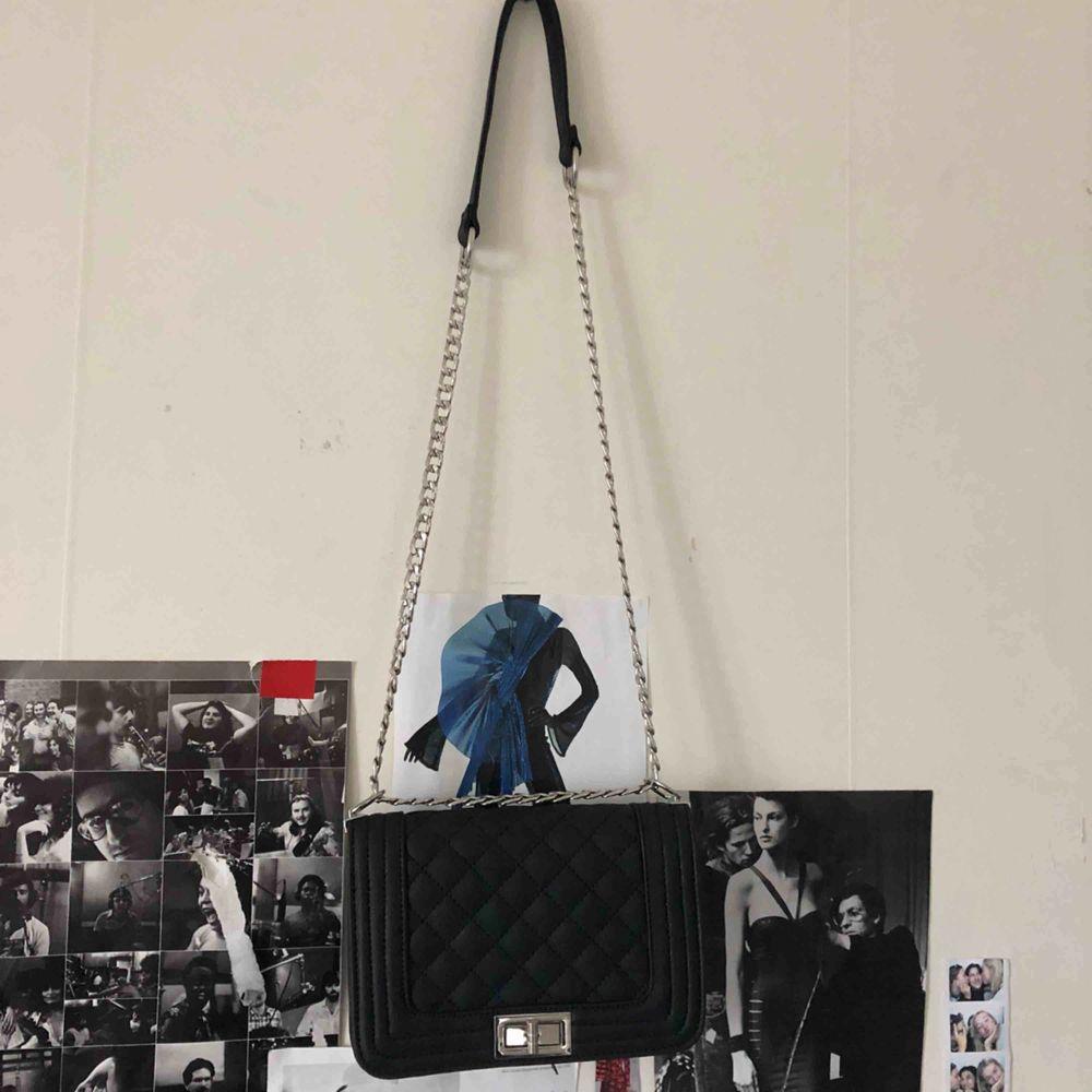 En väska , har ingen aning vart den är köpt, vet inte heller för mycket, men har knappt använt den men säljer den för kanske 100-150 kr, kan mötas upp i Sthlm eller frakta men då betalar köparen frakten!. Väskor.