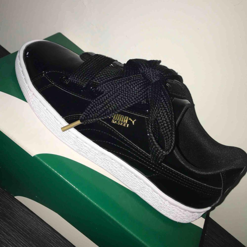 Splitternya, helt oanvända sneakers från Puma i strl 39. Skorna finns fortfarande i orginalförpackningen och två olika skosnören följer med. Priset kan diskuteras, frakt tillkommer.. Skor.