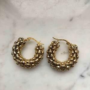 Guldiga örhängen, endast använda ett fåtal gånger.