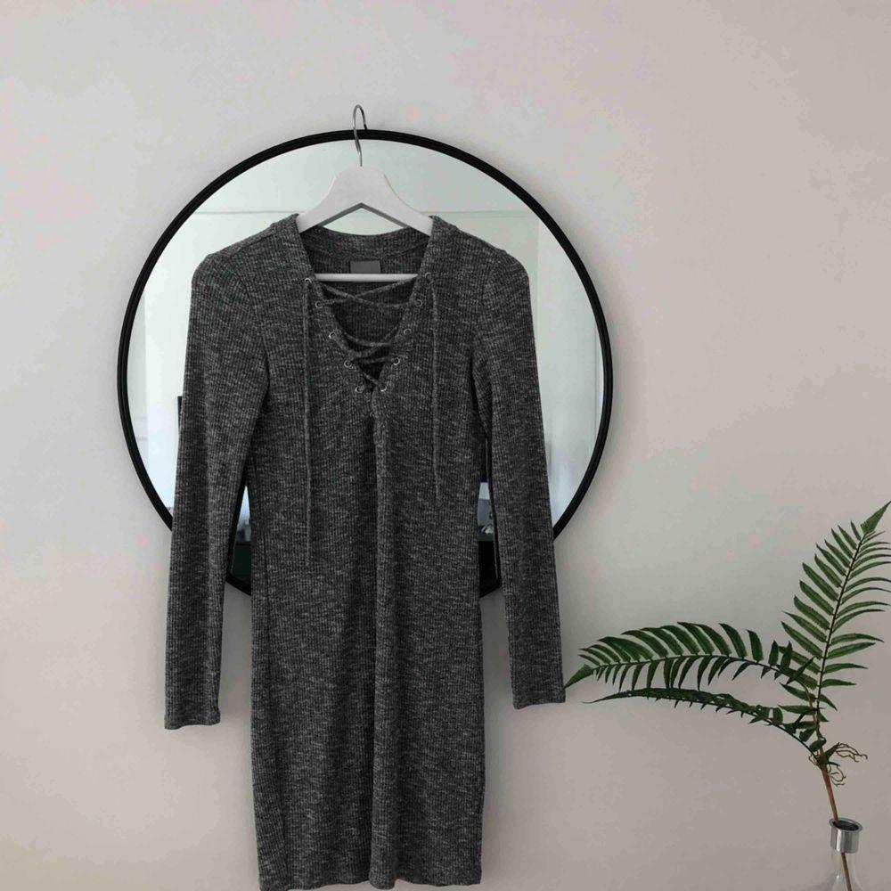 Drömmig klänning köpt second hand. I gråmelerat jättemjukt ribbad material, superstretchig så passar XS-M skulle jag säga 🌿😁. Klänningar.
