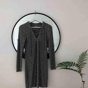 Drömmig klänning köpt second hand. I gråmelerat jättemjukt ribbad material, superstretchig så passar XS-M skulle jag säga 🌿😁