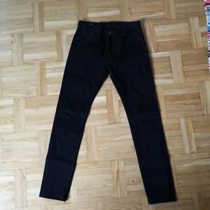 Levis 501 Stretch Svarta Storlek W29 L32. Lapparna är borta men jeansen är aldrig använda på grund av köpt för liten storlek. Väldigt bra skick, oanvända.