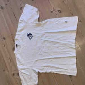 Vintage Fila t-shirt köpt på episode i köpenhamn. Väl använd men bra skick.
