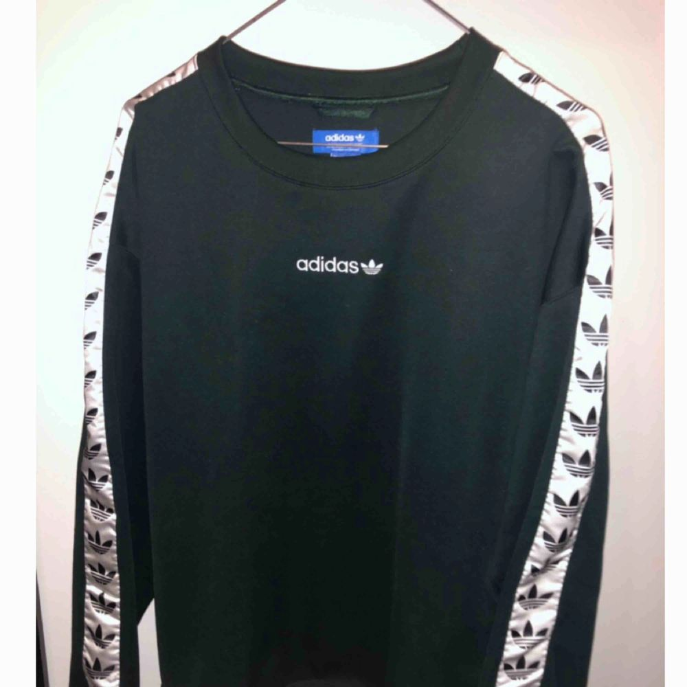 Grön Adidas tape sweatshirt i storlek M i nyskick Nypris 749:-. Huvtröjor & Träningströjor.