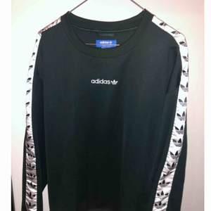 Grön Adidas tape sweatshirt i storlek M i nyskick Nypris 749:-