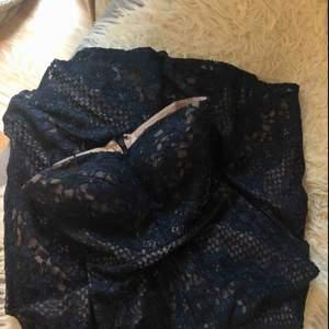 0, petit.  Motsvarar xs.  Balklänning, exklusiv.  Inköpt i Orlando, USA.  Använd en kväll.  Som ny.  Marinblå med diskret glitter. Vadderade kupor. Inga axelband