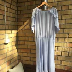 vadlång klänning från Filippa K. nypris omkring 1900. storlek L men passar lika fint på en S/M som lite oversize