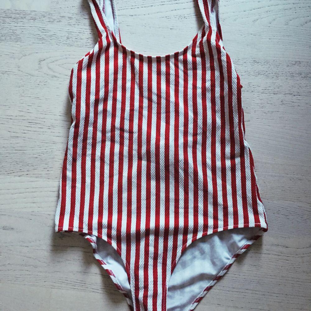 Baddräkt använd 1 gång (tvättad!!) Färg: röd och vit i storlek 38, M Finns att hämta i slussen, Stockholm eller skickas med posten för 39kr. Övrigt.