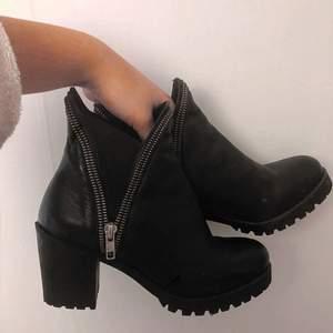 Snygga bekväma boots med fina detaljer, stl 38.