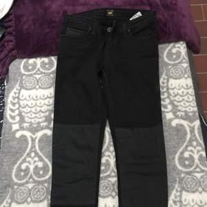 Super snygga LEE jeans som inte kommer till användning! Dom sitter lågt i midjan och har läder liknande paneler på knäna. Kan skickas fler bilder om det önskas. ☀️