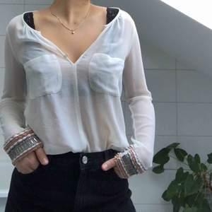 En skitsnygg skjorta från Zara med coola pärl-detaljer vid ärmarna. Passar perfekt med ett par jeans till!