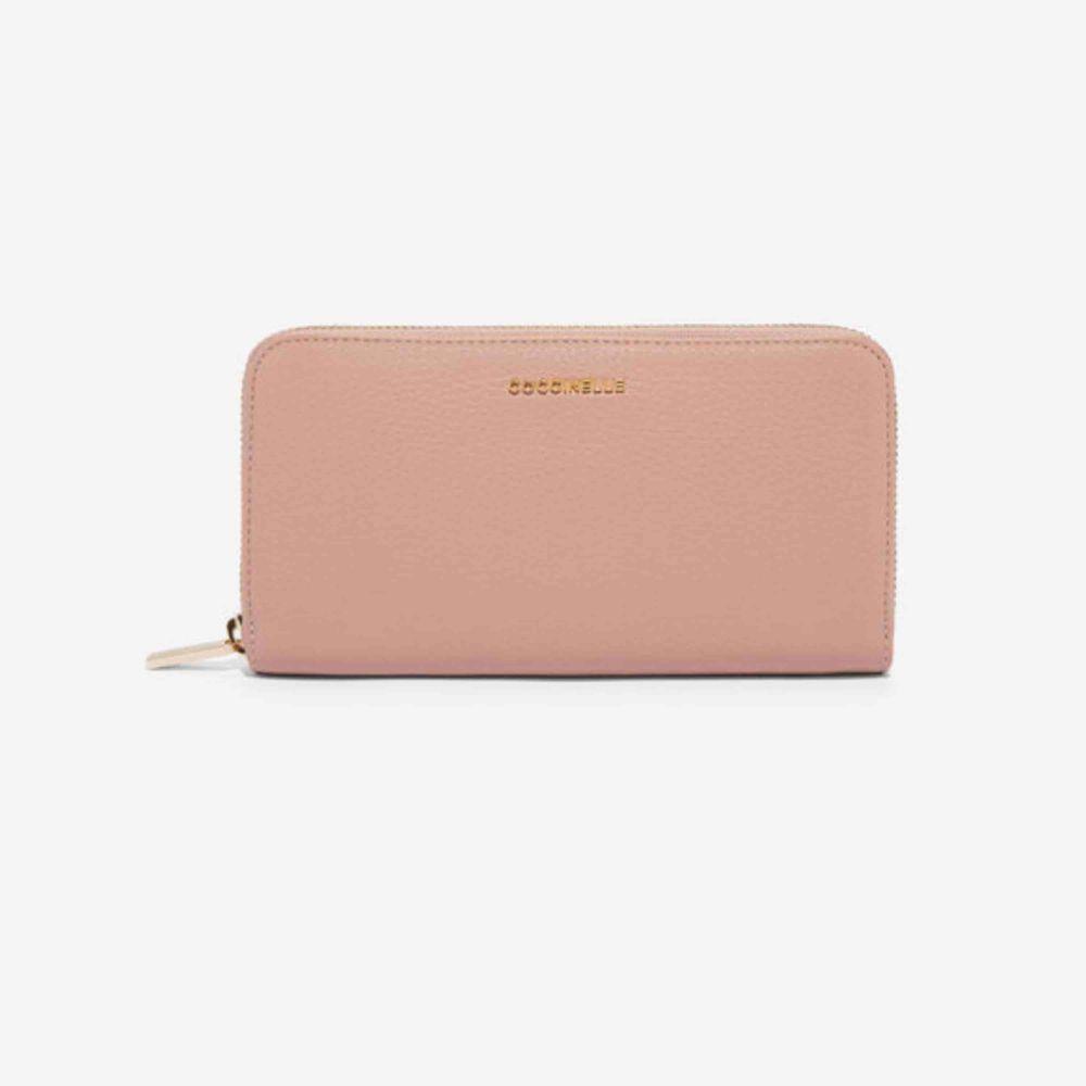 Beige/Rosa Coccinelle läder plånbok. Oanvänd plånbok med tre kort kompartiment, samt en mynt hållare som går att stänga. Väldigt rymlig och praktiskt plånbok. Har ni frågor eller vill se fler bilder så är det bara fråga:). Accessoarer.
