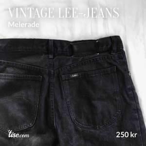 Svarta Lee-jeans i vintage skick. Waist: 31, motsvarar ca M. Mycket liten fläck på vänstra bakfickan (se sista bilden). Lite melerade. Köparen står för frakt!