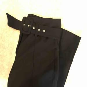 Kostymbyxa med bälte från chiquelle. Står 38 men tycker dom är lite mindre i storleken så mer en 36a