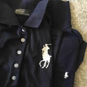 2 st mörkblåa Ralph lauren skjortor (inte äkta). Skjortan med stora märket har tight passform och skjortan med lilla märket är vanlig passform.  60kr styck eller båda för 100kr. Frakt tillkommer!