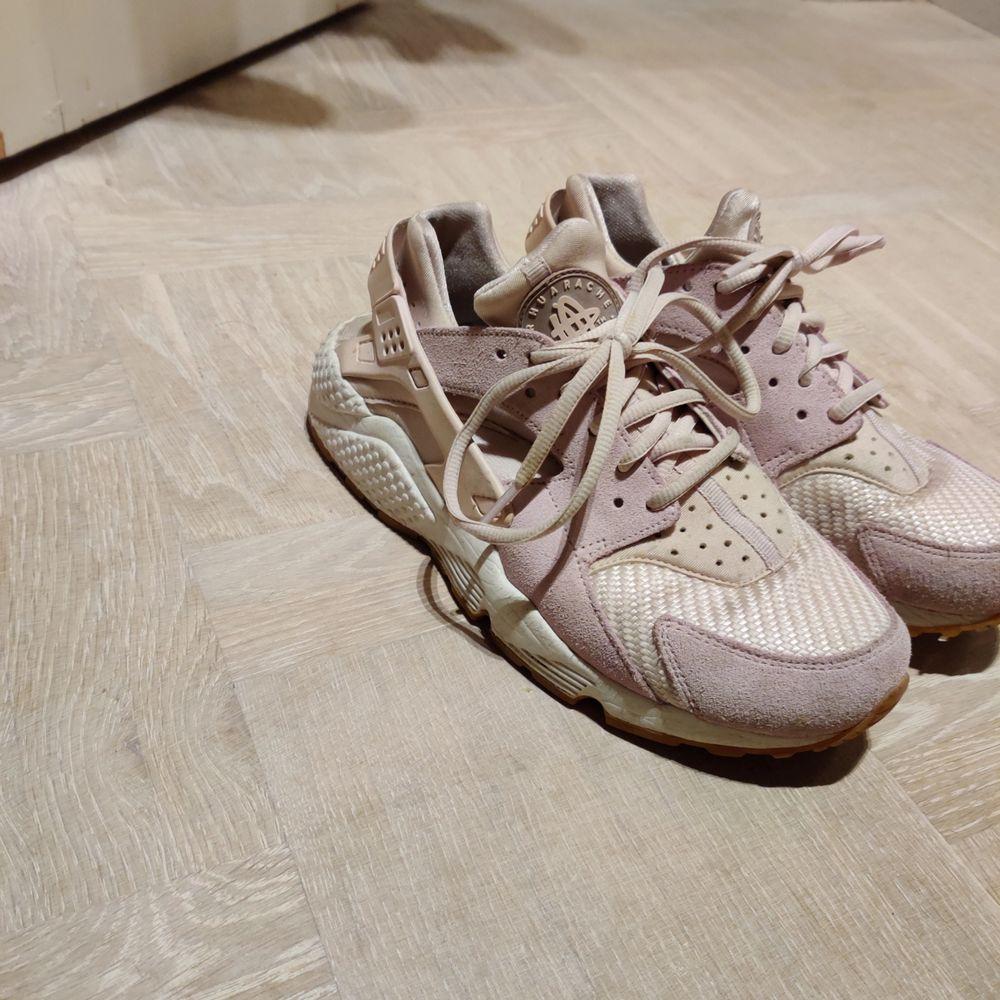 Nike Air Huarache i ljuslila! . Skor.