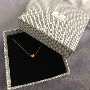 Heart necklace mini från Edblad,roséguldplätering på rostfritt stål Köparen står för frakten (kan även mötas upp i Halmstad eller Göteborg)