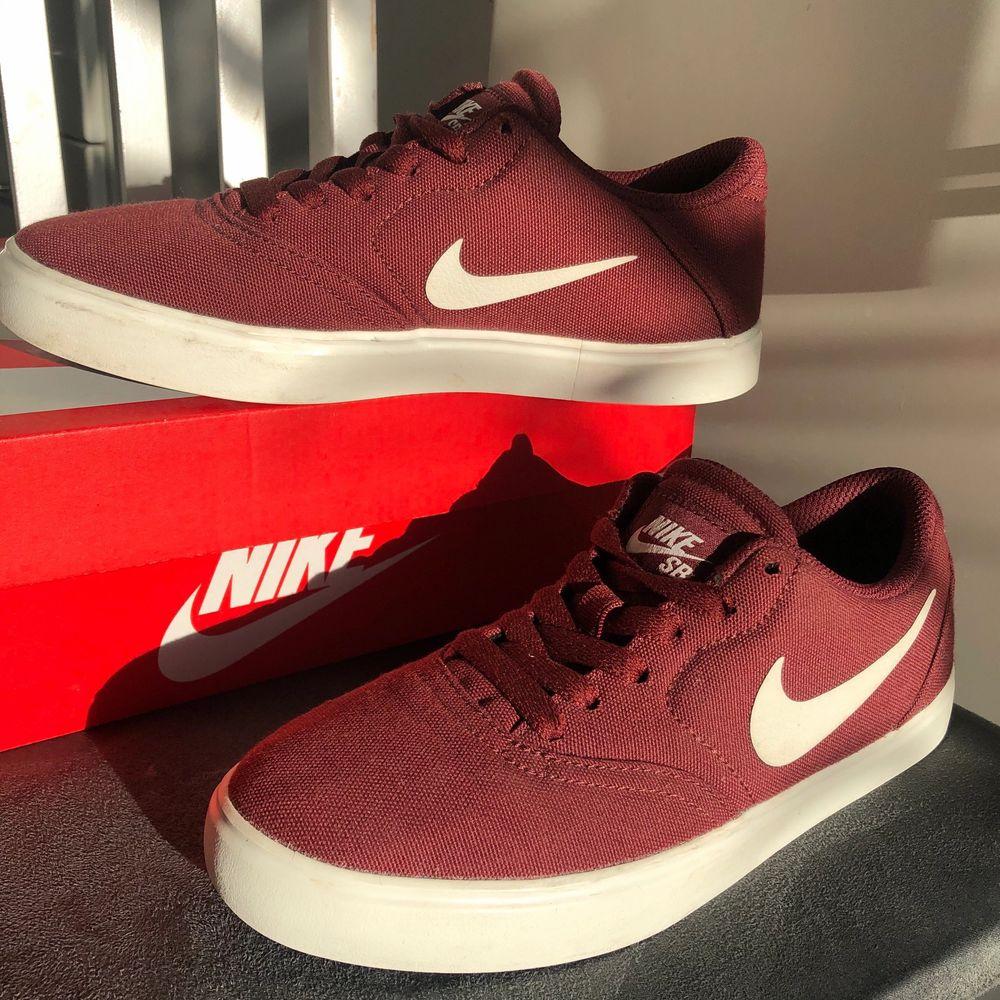 Nike SB vinröda/rödbruna, använda endast två gånger, säljer på grund av för små. Perfekta skor inför våren! . Skor.