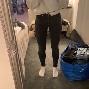 Ett par svarta jeans i stuprörsmodell från Bikbok i strl S. Använda men i bra skick.