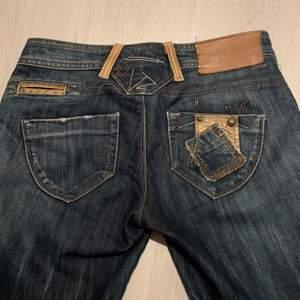 BUDGIVNING! Högsta Bud: 250kr! Skit snygga jeans, 2000-tal inspo! Midjemått: 80cm, jag är 165cm så dem passar någon längre! Perfekt skick!