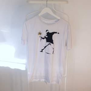 Go vintage T-shirt, Unbranded i Gött skick! Storlek: LDirekt pris: 40kr, Skriv buden till mig privat eller kommentera på bilden!  Kan även mötas upp mellan Varberg & Göteborg Köpare står för frakten (Du bestämmer vilket paket så länge det uppfyller vikt och storleks kraven)