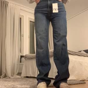 """Slusålda 90's full length jeans i färgen """"dover blue"""". Säljer för att de inte satt som jag önskade, helt nya med alla lappar kvar. Säljer vid bra bud🥰hör av er för fler bilder eller frågor. Högsta bud : 640"""