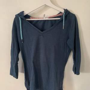 """Fin Blå hoodie med lite """"surf"""" stil. Trekvartsärmar och stor luva💘 köparen står för frakt💖"""