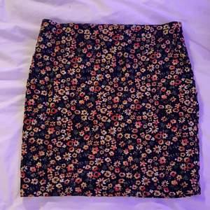 Helt oanvänd kjol med blommigt mönster, jättebra kvalitet och inga fläckar eller liknande då den aldrig är använd❤️ budgivning i DM