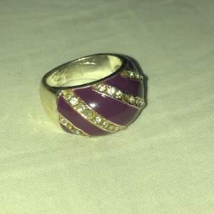 Supercool lila tjock ring. De andra ringarna är från HM och rostar alltså, jag har dock en gång i tiden lagt ett lager med genomskinligt nagellack för att de inte ska rosta. Man kan få de guldiga ringarna vid annat köp!💓priset som står är för den lila ringen