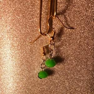 Små handgjorda minimalistiska gröna pärlörhängen🧚🏼♀️