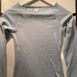 säljer min fina ljusblå tröja från märket GUESS, som tyvärr har blivit för liten för mig! 💙💙 använd ett par fåtal gånger, å i mkt bra skick! Skriv till mig privat om du är intresserad! 🤍🤍💙💙