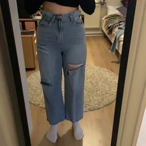 Ett par blåa jeans från shein med hål på båda benen, sitter bra i midjan. Har aldrig använt dem. Ordinarie pris är 289 kr. Skriv privat med pris och om du undra något.