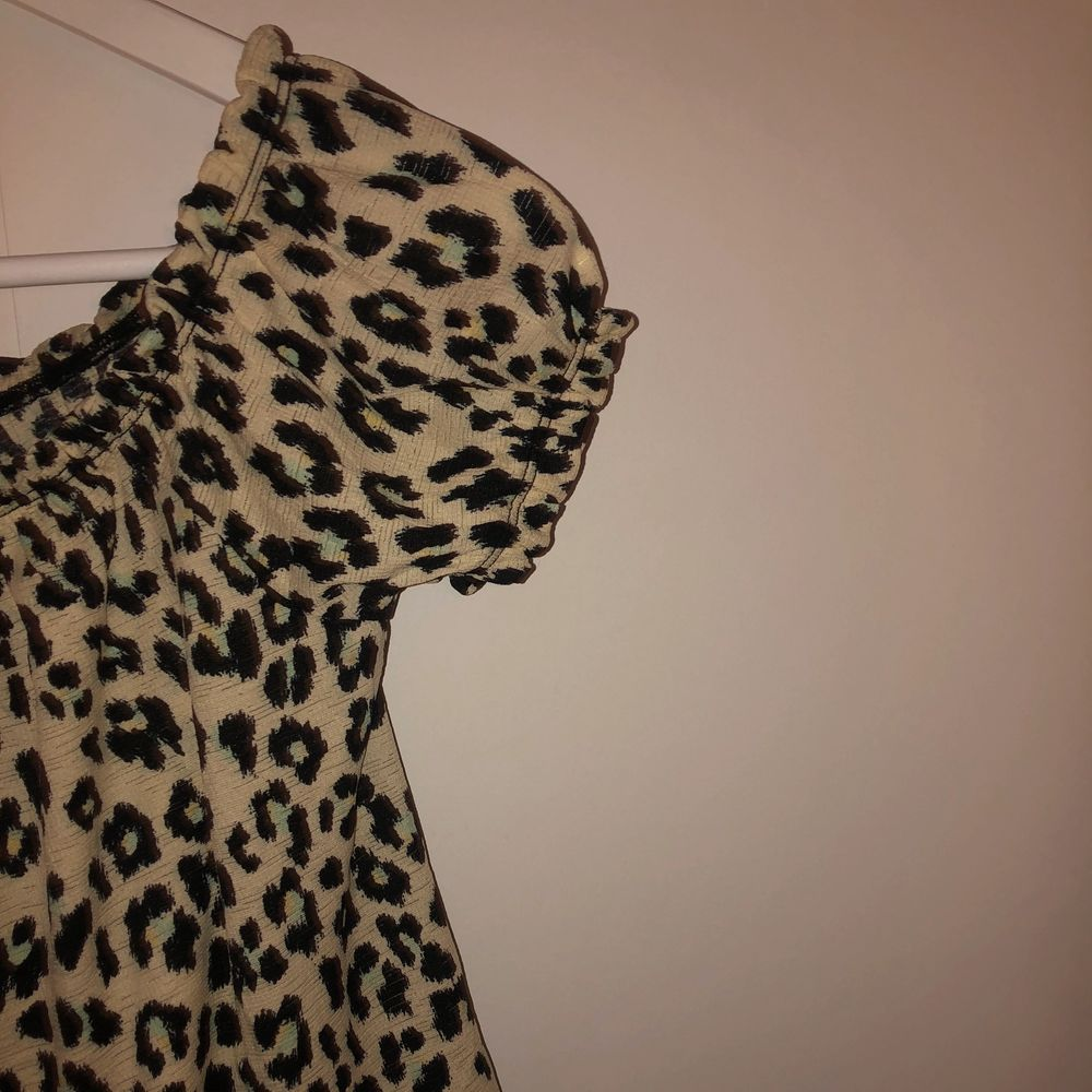 Superfin blus från Gina tricot i leopardmönster. Passar tyvärr inte mig längre, tröjan är superfin till kjol eller jeans bland annat!. Blusar.