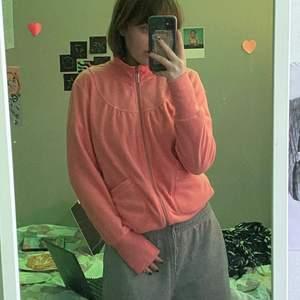 Jättefin aprikos tröja med dragkedja köpt secondhand, står ingen storlek men gissar på S. Jättefin till lågmidjat! Från början från soyakoncept! 40kr + 48kr frakt = 88kr totalt!