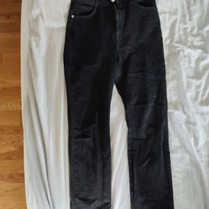 Svarta jeans från ivyrevel, momfit. Tyvärr lite för smala i låren för mig så har bara använts en gång 💞