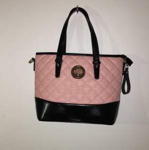 Rosa väska som är köpt i Spanien för 400kr, aldrig använd och är i mycket bra skick. tillhörande axelband💕