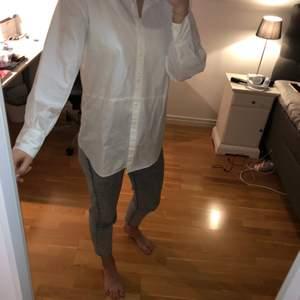 Säljer min superfina skjorta som är perfekt under en sweatshirt! Har endast testats och aldrig kommit till användning.. Bara att höra av sig vid frågor!🥰 (frakt tillkommer)