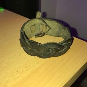 Äkta läderarmband. Inte mycket att säga, är lite stor för mig men passar säkert dig ;) iaf köparen betalar frakt