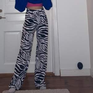 raka zebraprint byxor!🦓 modellen är 165cm! super bra skick💗